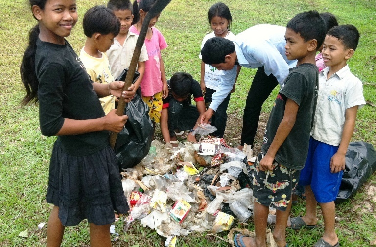 Kids_cleaning_rubbish